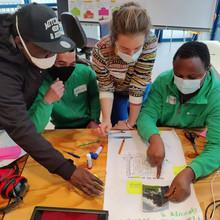 Think Session avec des bénévoles de l'organisation Cultureghem, lors de laquelle des outils visuels sont utilisés (photolangages, découpages, dessins...)