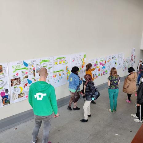 Exposition des fresques (format papier) co-construites avec les bénévoles de Cultureghem et session de feedback à l'issue du parcours d'accompagnement.