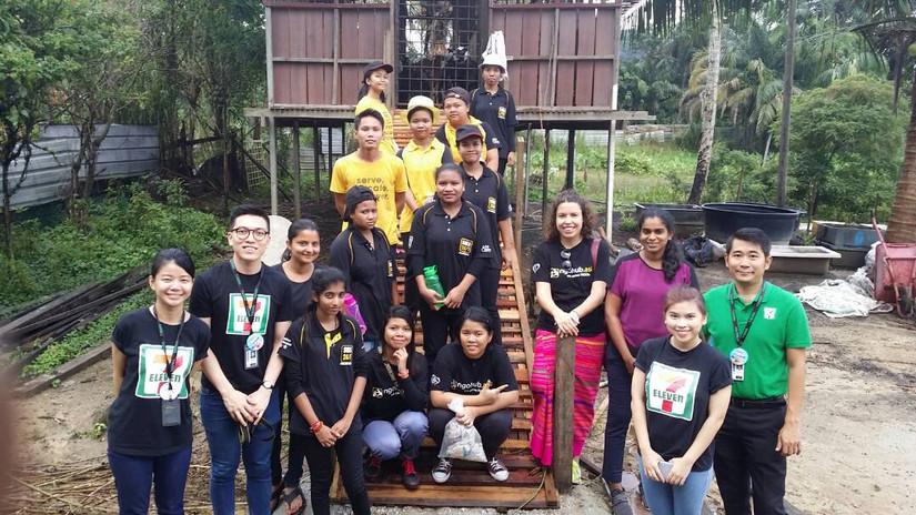 Volunteers from 7 Eleven
