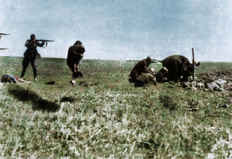 A German soldier aiming his rifle at a Jewish woman and her child in Ivangorod, Ukraine 1942.