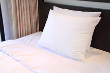 Hotel säng kuddar