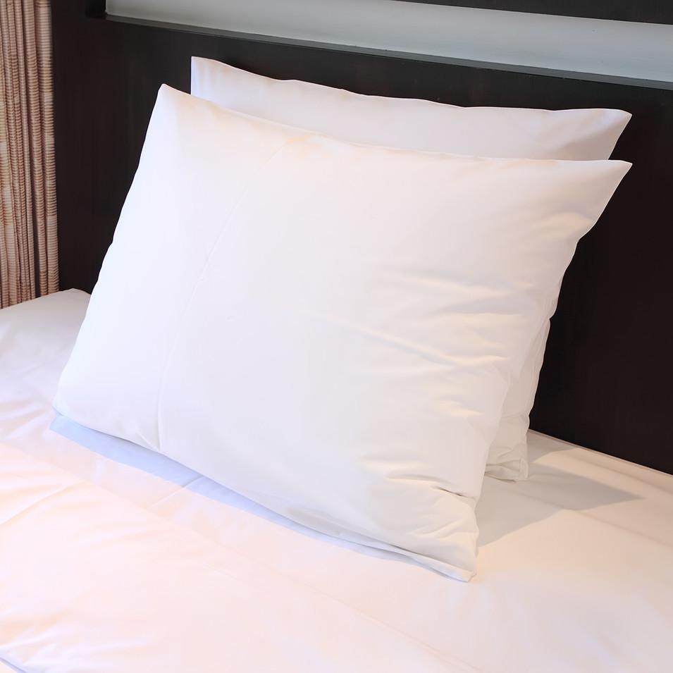 almohadas de la cama del hotel