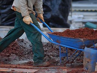 Após 33 meses de queda, construção civil volta a contratar