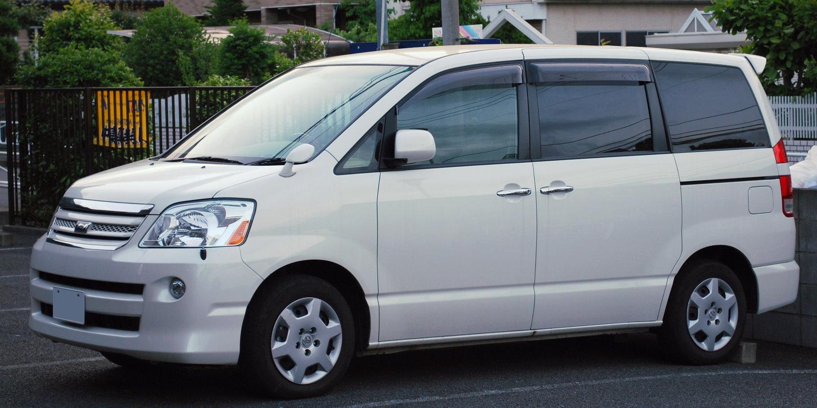 2004_Toyota_Noah_02