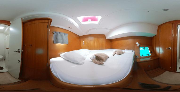 Cabina de tamaño real El catamarán Eclectik 2