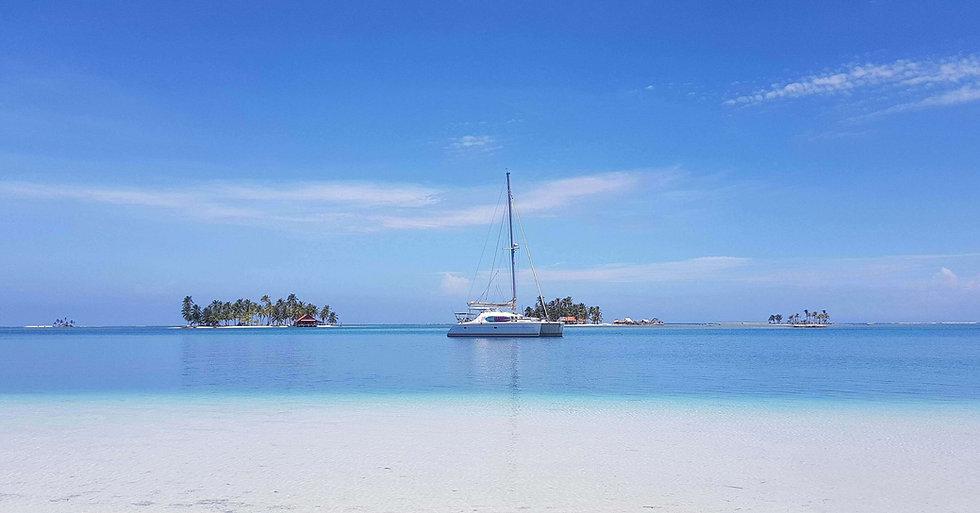 Stay aboard a catamaran Sailing Trip Paradise
