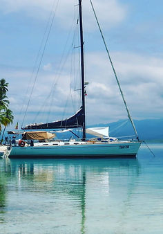 Permanecer en un barco deportivo de Polinesia