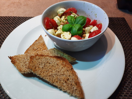 Toast met salade van tomaat mozzarella