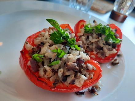 Gevulde paprika met bloemkoolrijst en champignons
