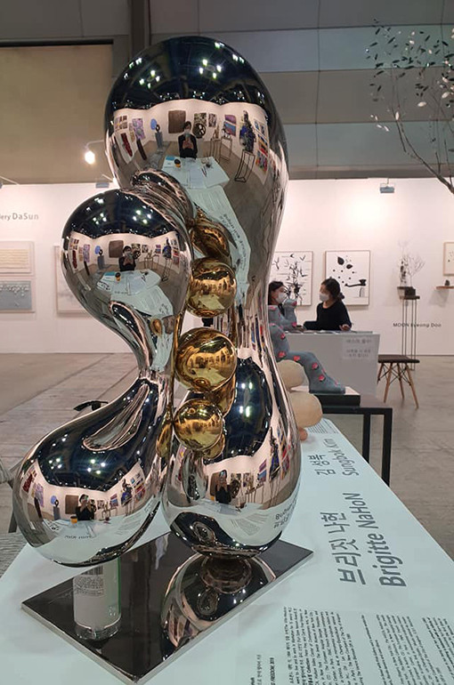 Gleaming Freedom 3, 2018 by Brigitte NaHoN. Acier inoxydable poli mirroir, gold titanium poli mirroir. Exposition à la Korean International Art Fair, KIAF Seoul, 2019.