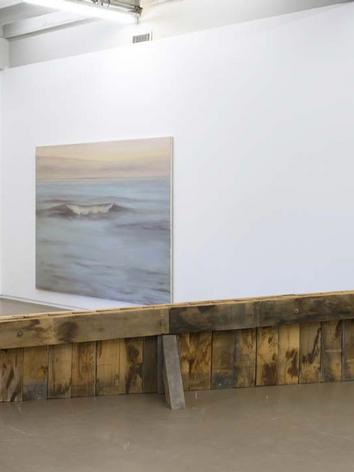 """Vue de l'exposition Independant, Bruxelle, 2017, """"Channel"""" wood, 80 x 500 x 100 cm et """"Still wave (blue)"""" 2016, oil on canvas, 183 x 244 cm"""
