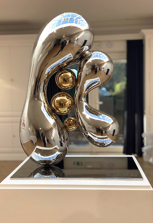 Gleaming Freedom 3, 2018 by Brigitte NaHoN. Acier inoxydable poli mirroir, gold titanium poli mirroir.
