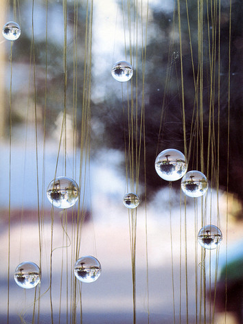 """Icholi Hauperyre, 1997 by Brigitte NaHoN. Fil, polycarbonate. Exposition """"Thread"""" à La Serpentine Gallery, London, 1997."""