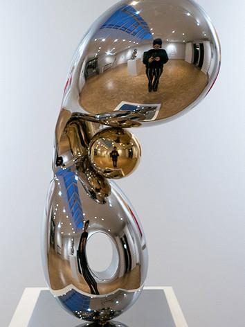 Gleaming Freedom 4,2019 by Brigitte NaHoN. Acier inoxydable poli mirroir, gold titanium poli mirroir. Exposition à la Ysebaert Gallery en collaboration avec Bruno Art Group, Sint-Martens-Latem, 2019.