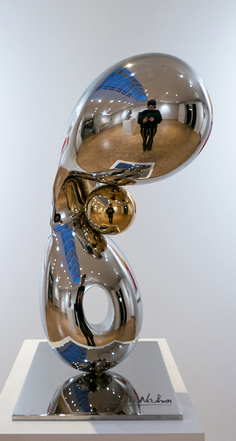 Gleaming Freedom 4,2019 by Brigitte NaHoN. Acier inoxydable poli mirroir, gold titanium poli mirroir. Exposition à la Ysebaert Gallery en collaboration avec Bruno Art Group, Sint-Martens-Latem, 2019.