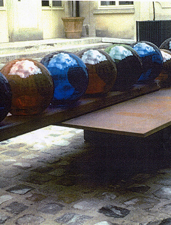 """Honi Rafhan F 25,19, 1991 by Brigitte NaHoN. Cristal de Baccarat, acier, sable. Exposition """"Parcours privés"""" dans la Cour d'un hôtel particulier du Marais, Paris, 1991."""