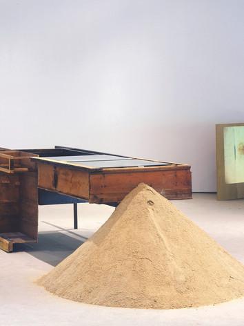"""Vue de l'exposition """"Under My Shoe,"""" au MASS MoCa, 2013, Probability that nothing will happen, bois, acier, verre, plastique, sable, 90 x 380 x 86 cm."""