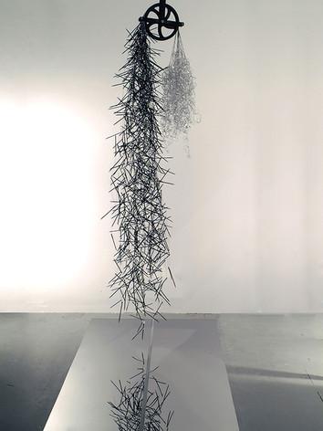 Time Zero, 2006 by Brigitte NaHoN. Cristal de Baccarat, bois, cuivre, acier inoxydable poli miroir, acier galvanisé. Exposition au Jewish Museum of New York City. Acquisition en 2006.