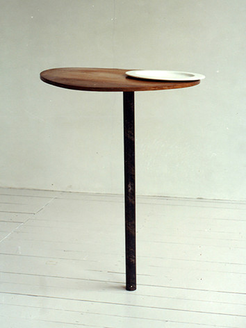 Hoc vreil bess es file D24, 1989 by Brigitte NaHoN. Acier, bois, porcelaine. Exposition à la Bébert Gallery, Rotterdam, 1989. Collection FNAC (Fonds National d'Art Contemporain), Paris, 1990.