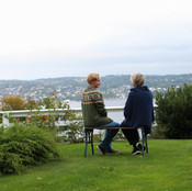Bjørg og Eli i hagen på Sundbysand
