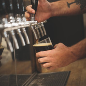 Hans Ellef tapper øl