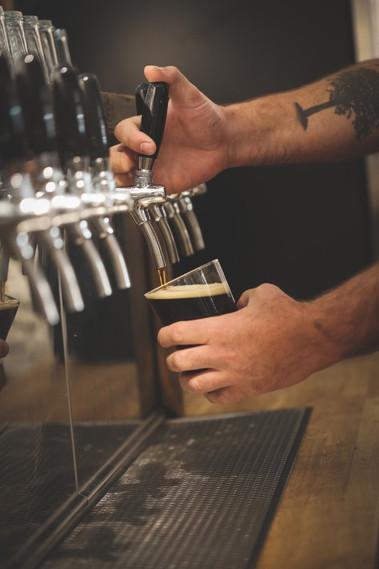Hans Ellef tapper øl på Søndre Vettre