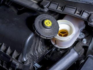 Cuida el líquido de frenos en el automóvil