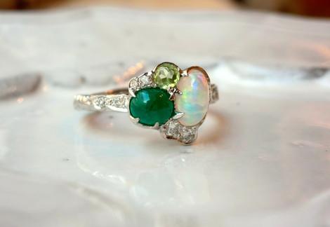 オパールと翡翠、ペリドットの贅沢なリング