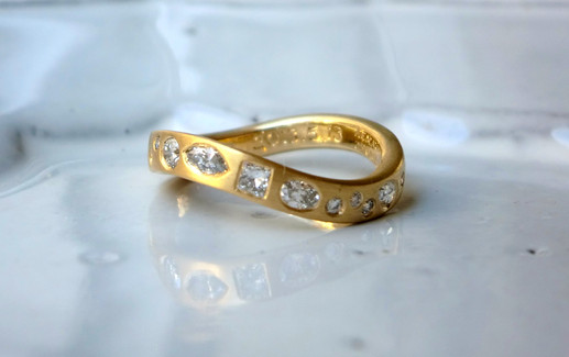 ファンシーカットダイアモンドの結婚指輪