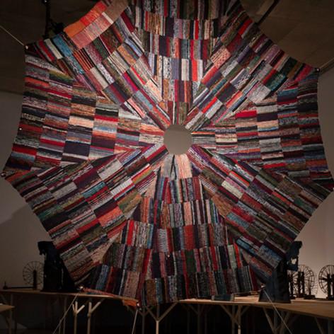 """作品《閃光と落下傘》遠藤薫 、2020年、古布  撮影:デルフィン・パロディ、提供:青森公立大学 国際芸術センター青森(ACAC) Art works: """"Flash and Parachute""""  ENDO Kaori, 2020, old cloth  Photo: Delphine Parodi, Courtesy of: Aomori Contemporary Art Centre (ACAC), Aomori Public University    「布を作り使い、なおす。そのような生活のなかの行為の延長線上で、遠藤は誰かの生の続きを生きようとしているかのようでもあります。」 -慶野結香、グループ展『いのちの裂け目ー布が描き出す近代、青森から』展 (青森公立大 国際芸術センター青森)、2020、ハンドアウトの作家説明より一部抜粋"""