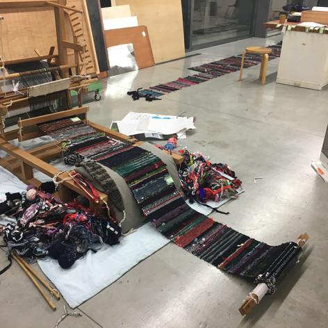 """裂織の技法を用いて、着られなくなった布を集めて裂き、腰機で50m織った。作品《閃光と落下傘》遠藤薫 、2020年、古布  撮影:デルフィン・パロディ、提供:青森公立大学 国際芸術センター青森(ACAC) Art works: """"Flash and Parachute""""  ENDO Kaori, 2020, old cloth  Photo: Delphine Parodi, Courtesy of: Aomori Contemporary Art Centre (ACAC), Aomori Public University    「布を作り使い、なおす。そのような生活のなかの行為の延長線上で、遠藤は誰かの生の続きを生きようとしているかのようでもあります。」 -慶野結香、グループ展『いのちの裂け目ー布が描き出す近代、青森から』展 (青森公立大 国際芸術センター青森)、2020、ハンドアウトの作家説明より一部抜粋"""