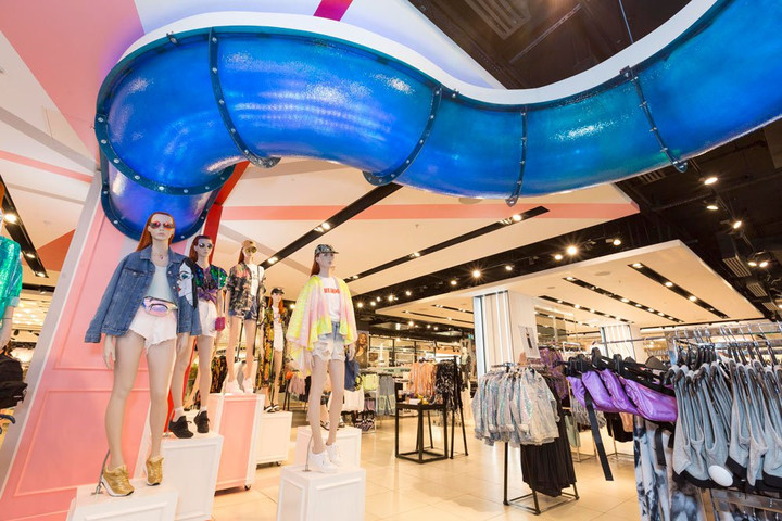 TOPSHOP RETURNS TO VIRTUAL REALITY WITH IMMERSIVE WATER SLIDE EXPERIENCE