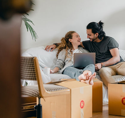 Pariskunta ostaa asuntoa