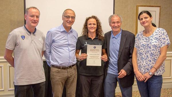 Daniela Piedade, ao centro, com o diploma do curso. (foto divulgação IHF)