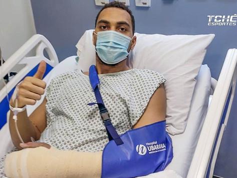 Matheus Francisco é operado da mão e se recupera no Brasil