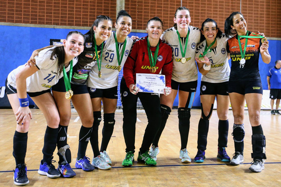 Naira (Pinheiros-SP), ao centro, Melhor Jogadora da Partida. (foto divulgação Atlética UNIP)