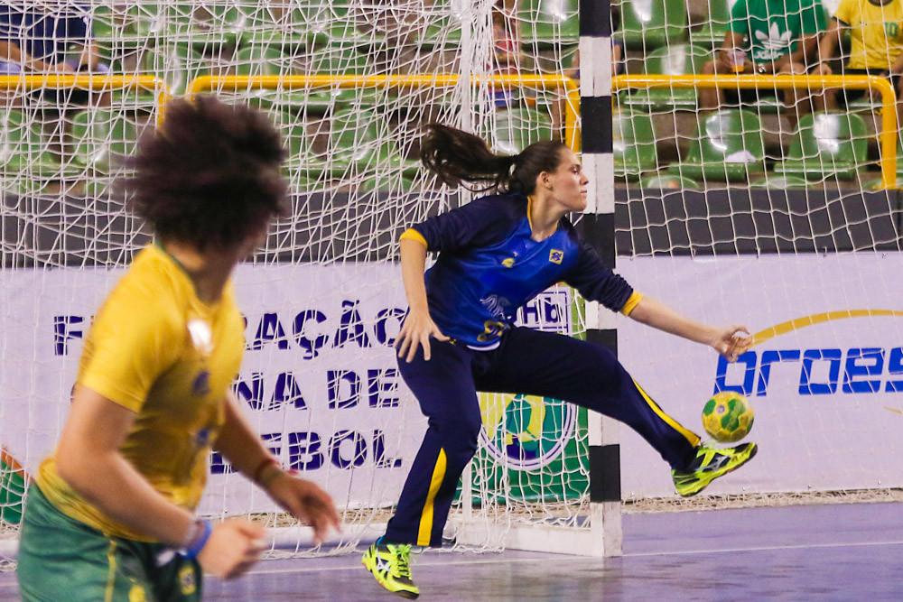 Goleira Reanta Arruda brilhou na competição. (foto Randes Nunes/CBHb)