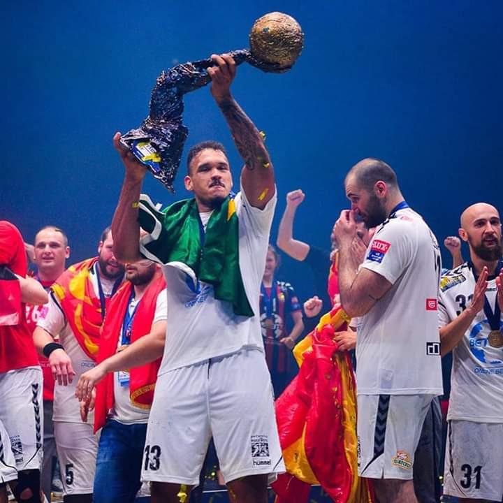 Rogério ergue a taça da Liga dos Campeões EHF 2016/17 (foto rede social do atleta)