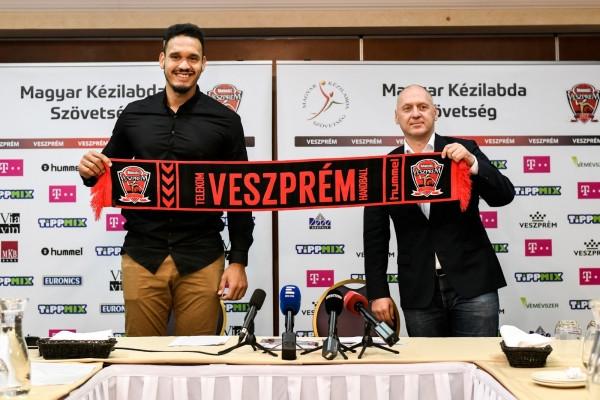 Rogério na assinatura do contrato com o Veszprém. (foto Dávid Vörös)