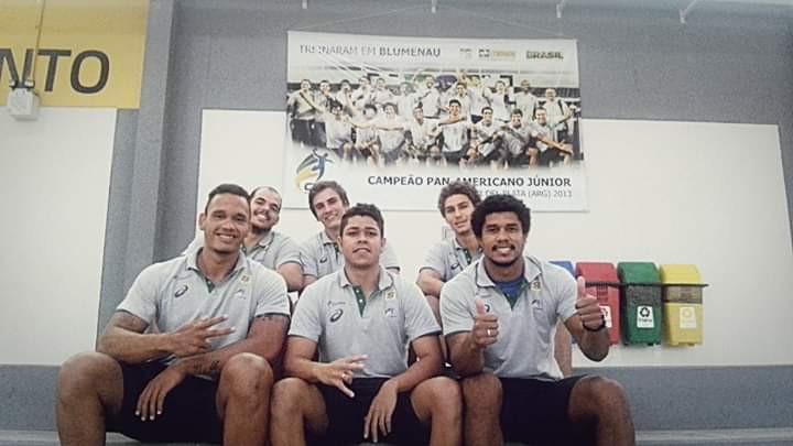 Rogério Moraes com os colegas de Acampamento na Seleção Júnior. (arquivo pessoal)