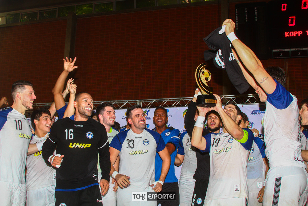 Pinheiros-SP levanta a taça da Liga Nacional de Handebol 2018. (foto André Pereira /Tchê Esportes)