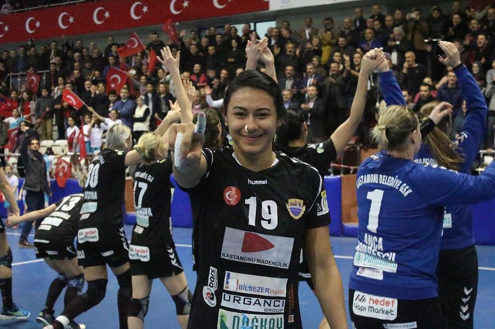 Elaine Gomes se classifica com a melhor campanha na EHF Cup. (foto divulgação)