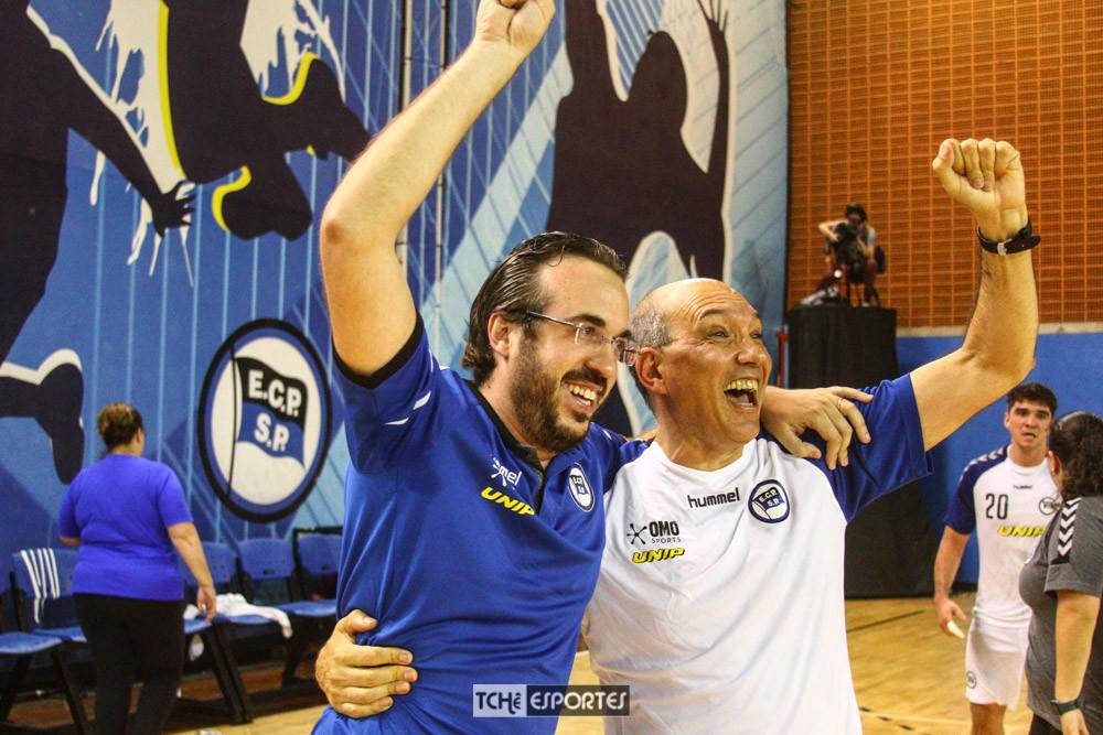 Marcelo Portugal, à esquerda, comemora o título com Sérgio Hortelan. (foto André Pereira / Tchê Esportes)