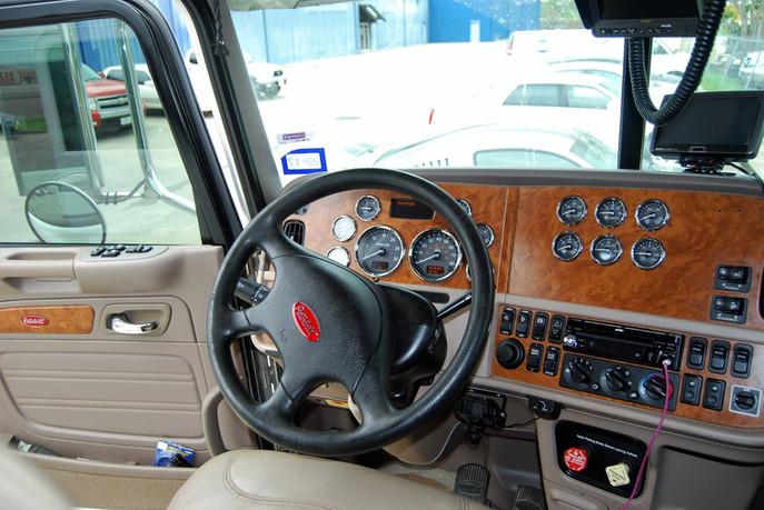 peterbuilt-truck-interior-detail