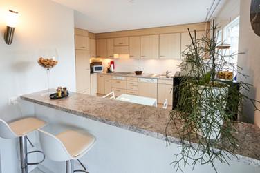 Die offenen Küche mit Bar zum Wohnzimmer
