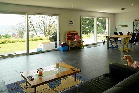 Wohnbereich zum See mit grossen Fenstern