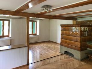 Wohnzimmer mit Kachelofen EG
