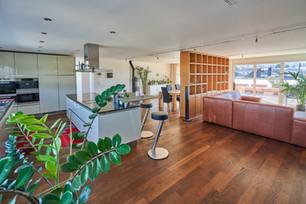 Beindruckend - gemütliches Wohnzimmer mit der offenen Küche und Zugang zur Terrasse