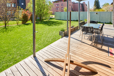 Holzveranda und idyllischer Garten