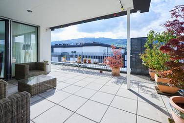 Der Balkon bietet rund 65 m2 und Abendso